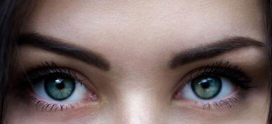 Augen mit betonten Augenbrauen